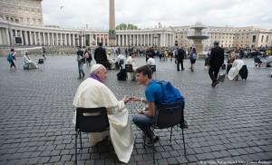 Le-pape-Francois-ecoutant-confession-jeune-23-avril-place-Saint-Pierre_0_730_443